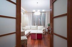 Взгляд к живущей комнате через открыть дверь Стоковое Фото