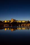Взгляд к замку Hradschin, собору St Vitus и Карлову мосту в Праге к ноча Стоковое Изображение RF