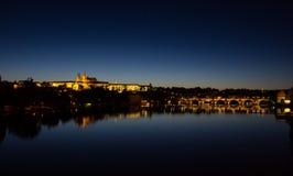 Взгляд к замку Hradschin, собору St Vitus и Карлову мосту в Праге к ноча Стоковые Фотографии RF