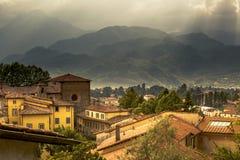 Взгляд к итальянскому средневековому горному селу Castelnuovo di Garfagnana стоковые фотографии rf