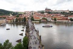 Взгляд к Карлову мосту от верхней части старой башни моста в чехии Праги Стоковое фото RF