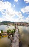 Взгляд к Карлову мосту от верхней части старой башни моста в чехии Праги Стоковое Изображение