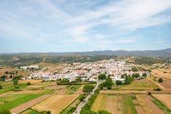Взгляд к маленькому городу Aljezur с традиционными португальскими домами и сельским ландшафтом, Алгарве Португалией Стоковые Фотографии RF