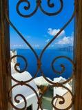 Взгляд к морю от дверей в деревне Oia острова Santorini Стоковое Изображение