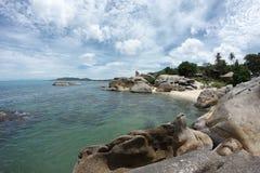 Взгляд к морю с большими утесами в ем и изумительном облачном небе Стоковое фото RF