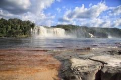Взгляд к мощному водопаду на солнечный яркий день Стоковая Фотография