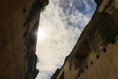 Взгляд к небу от руин здания kenongo Стоковые Фото