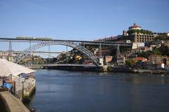 Взгляд к обваловке реки Doru в городе Oporto Стоковые Изображения