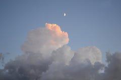 Взгляд к облакам и луне на заходе солнца Стоковое фото RF