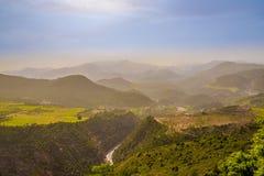 Взгляд к долине на дороге к высоким горам атласа - Марокко Стоковое Фото