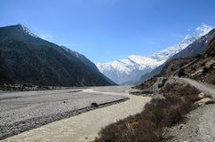 Взгляд к реке Kaligandaki и горной цепи Гималаев Стоковые Изображения