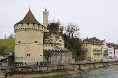 Взгляд к старым башням и стене города Люцерна, Швейцарии Стоковое Фото