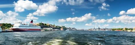 Взгляд к Стокгольму с паромом от моря стоковая фотография rf