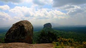 Взгляд к утесу льва Sigiriya aka от горы Pidurangala в Шри-Ланке стоковые изображения