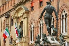 Взгляд к фонтану Нептуна в болонья, Италии стоковые фото
