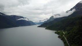 Взгляд к фьорду и воде от трутня на воздухе Норвегии акции видеоматериалы