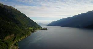Взгляд к фьорду и воде от трутня на воздухе Норвегии сток-видео