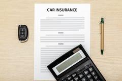 Взгляд ключей автомобиля и ручки и калькулятора кладя на пробел ins Стоковые Фото