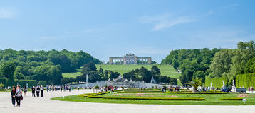Взгляд к Gloriette Дворец Schonbrunn, сады Стоковые Фотографии RF