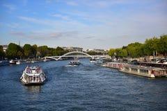 Взгляд Ла Рекы Сена от моста d'lena Pont рядом с Эйфелева башней в Париже Стоковое Изображение