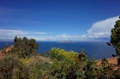 Взгляд Ла луны Isla de от Isla del Sol на озере Titicaca стоковое изображение rf