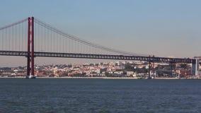 Взгляд Лиссабона и 25 de Abril Моста от южного залива видеоматериал