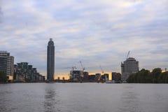 Взгляд Лондона с башней причала St. George стоковые изображения