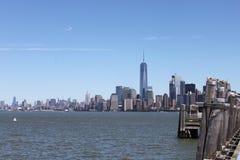 Взгляд Манхаттана от острова свободы - Нью-Йорка Стоковая Фотография RF