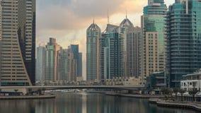 Взгляд Марины Дубай возвышается и канал в timelapse утра Дубай видеоматериал