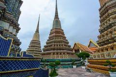 Взгляд между гигантскими chedis на Wat Pho в Бангкоке, Таиланде Стоковая Фотография