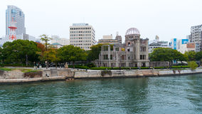 Взгляд мемориала мира Хиросимы с другой стороны реки Стоковые Фото