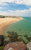 Взгляд места для лагеря скалистым пляжем на солнечный день Стоковое Изображение RF