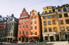 Взгляд места Stortorget в Gamla stan с яркими покрашенными старыми зданиями стоковое изображение