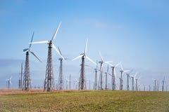 Взгляд много ветротурбин на предпосылке голубого неба Стоковое Фото