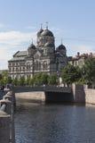 Взгляд монастырь ` s Stauropegial моста и St. John Karpovsky в Санкт-Петербурге Стоковое Изображение RF