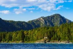 Взгляд монастыря, который стоит около реки в горах Стоковые Изображения RF