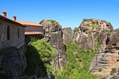 Взгляд монастыря Meteora расположенного на утесе и долине стоковая фотография rf