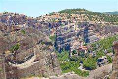 Взгляд монастыря Meteora расположенного на утесе и долине стоковое фото rf