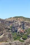 Взгляд монастыря Meteora расположенного на утесе и долине стоковое изображение rf