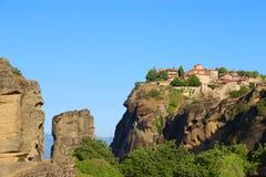 Взгляд монастыря Meteora расположенного на утесе стоковая фотография rf