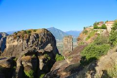 Взгляд монастыря Meteora расположенного на утесе стоковая фотография