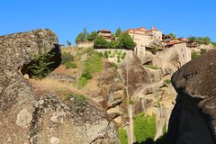 Взгляд монастыря Meteora расположенного на утесе стоковое изображение rf