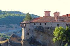 Взгляд монастыря Meteora расположенного на утесе стоковые изображения