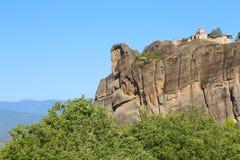 Взгляд монастыря Meteora расположенного на утесе стоковое изображение