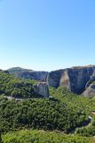Взгляд монастыря Meteora расположенного на утесе стоковые изображения rf