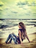 Взгляд моря девушки лета на воде Подсвеченный на предпосылке Стоковые Изображения RF