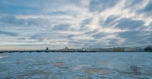 Взгляд моста аннунциации с embank лейтенанта Шмидта Стоковые Изображения