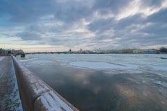 Взгляд моста аннунциации с embank лейтенанта Шмидта Стоковое Фото