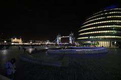 Взгляд моста башни башня Лондона и здание муниципалитета стоковое фото