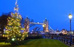 Взгляд моста башни на рождестве стоковые фото